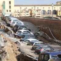 Firenze, si apre voragine lunga 200 metri: le auto sprofondano