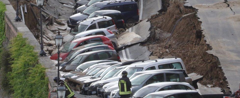 """Voragine di 200 metri sul Lungarno a Firenze, auto sprofondano: """"Errore umano"""""""