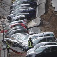 Voragine di 200 metri sul Lungarno a Firenze, auto sprofondano: 5 milioni di euro di danni