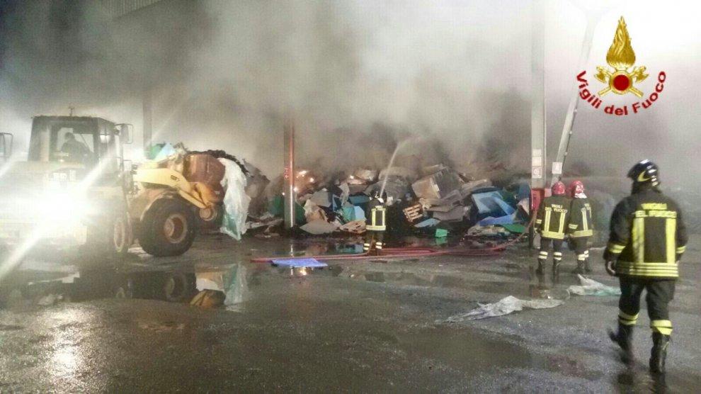 Incendio in una vetreria di Empoli: sostanze tossiche nell'aria