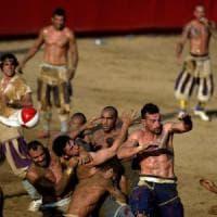 Spettacolo e muscoli: il Calcio storico fiorentino che piace ai giovani