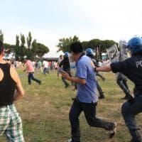 Sesto Fiorentino, rivolta dei cinesi contro le forze dell'ordine: tafferugli e cariche