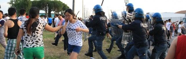 Osmannoro, 300 cittadini cinesi si ribellano durante un controllo: cariche e scontri