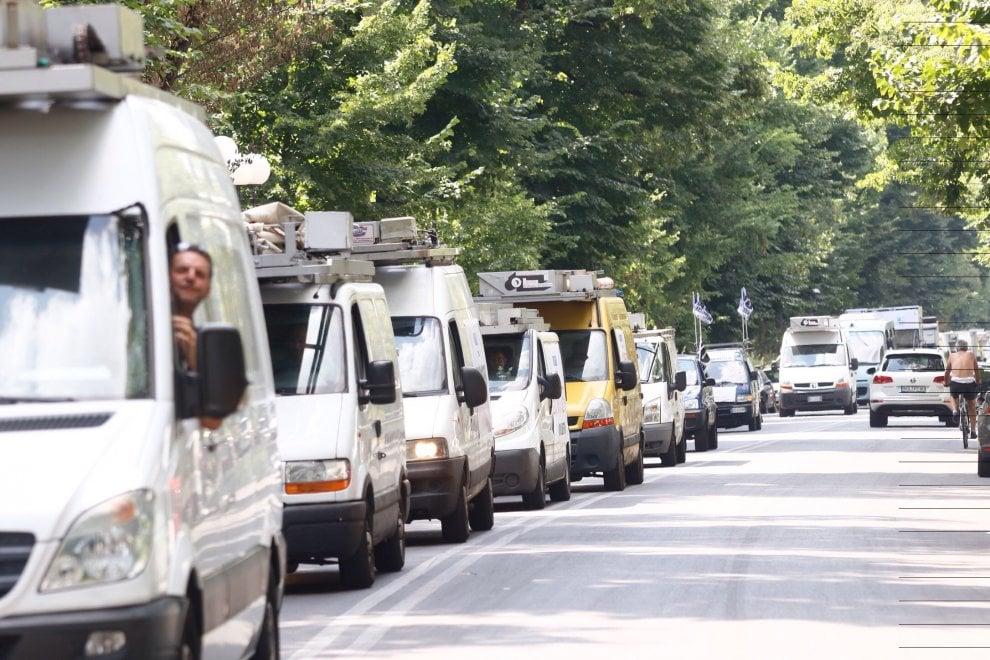 """Bolkestein, ambulanti in corteo a Firenze: """"Salviamo i mercati"""". Ma intanto città bloccata"""