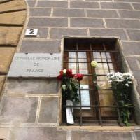 Fiori e biglietti al consolato francese di Firenze: la solidarietà dei fiorentini