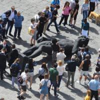 Firenze, un David tutto nero a terra in piazza: