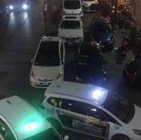 Taxi in sosta selvaggia a Firenze, passa Nardella e si arrabbia: