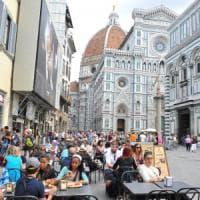 Firenze, fa pipì in piazza Duomo e poi aggredisce gli agenti