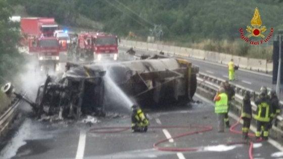 Autostrada: camion in fiamme, bloccato un tratto di A1