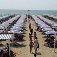 Toscana, niente cicche sotto l'ombrellone in spiaggia posacenere ecologici