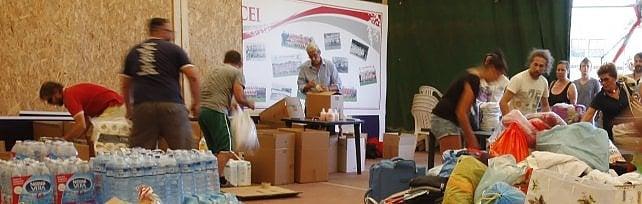 """Allo stadio la raccolta di cibo e coperte-   foto   la Regione frena: """"Per ora aspettate a donare"""""""