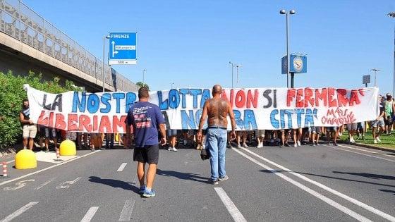 Calcio, caos per la cessione del Pisa: 500 tifosi occupano i binari