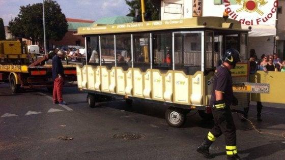Pisa, si ribalta trenino per turisti vicino alla Torre: tre feriti
