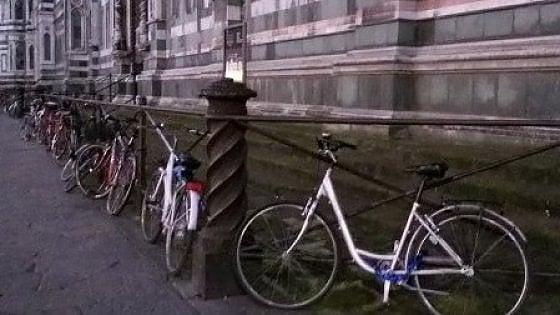 Firenze, via le bici dai monumenti: la campagna dei vigili parte dall'Oltrarno