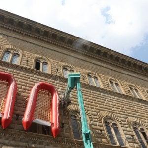 Firenze, gommoni rossi a Palazzo Strozzi: è conto alla rovescia per l'arrivo di Ai Weiwei