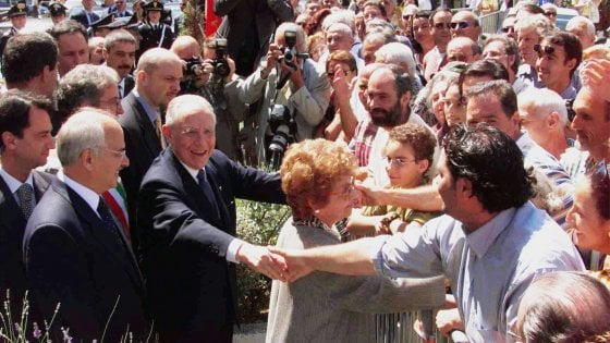 Livorno dà l'ultimo saluto a Ciampi, corteo funebre lungo le strade