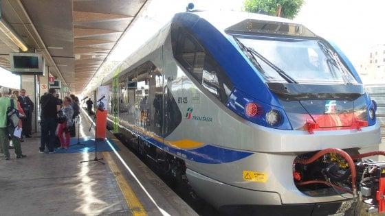 Si stende sui binari della stazione di Pisa: treni in ritardo