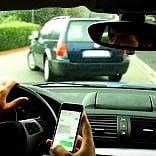 Firenze, cento multe al mese  ai fanatici di sms e chat  mentre sono alla guida