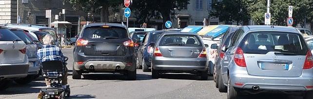Firenze, periferie senza vigili e controlli:  quattro esempi di traffico impazzito