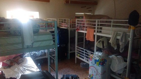 Prato, scoperto dormitorio abusivo: 30 posti letto in una stanza