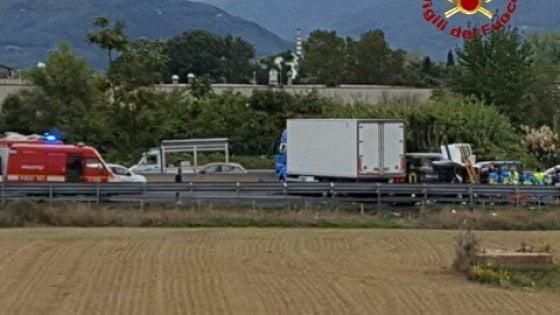 Prato, si ribalta un Tir sulla A11, un ferito