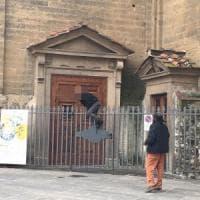 Firenze, minaccia i passanti con due siringhe al mercato di San Lorenzo
