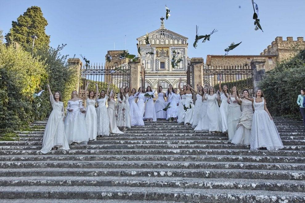 """Firenze, il lancio del bouquet di 22 """"spose"""" a San Miniato"""