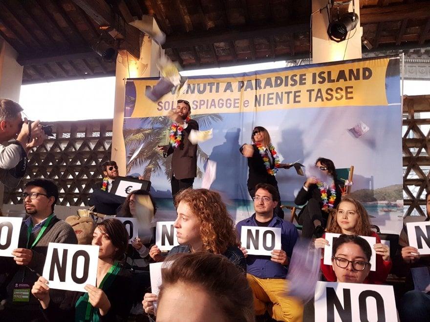 Oxfam, a Firenze il flash mob per dire basta ai paradisi fiscali