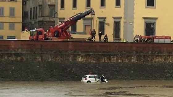 Arno in piena a Firenze, chiusi lungarno Serristori e ponte Vespucci