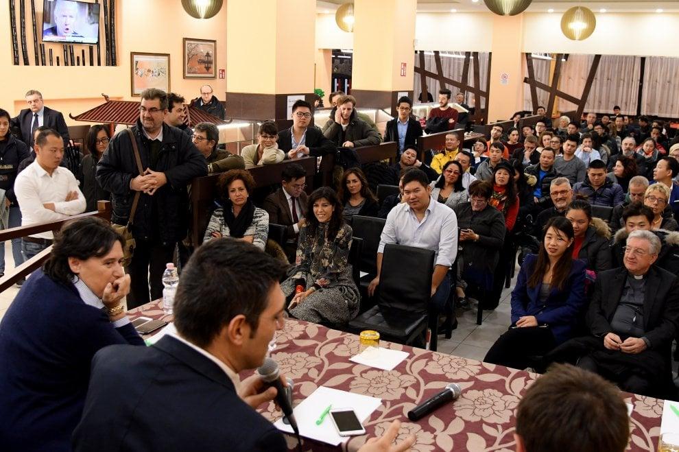"""Sesto Fiorentino, vino bianco e crostini al """"wok"""": Il referendum spiegato ai cinesi"""