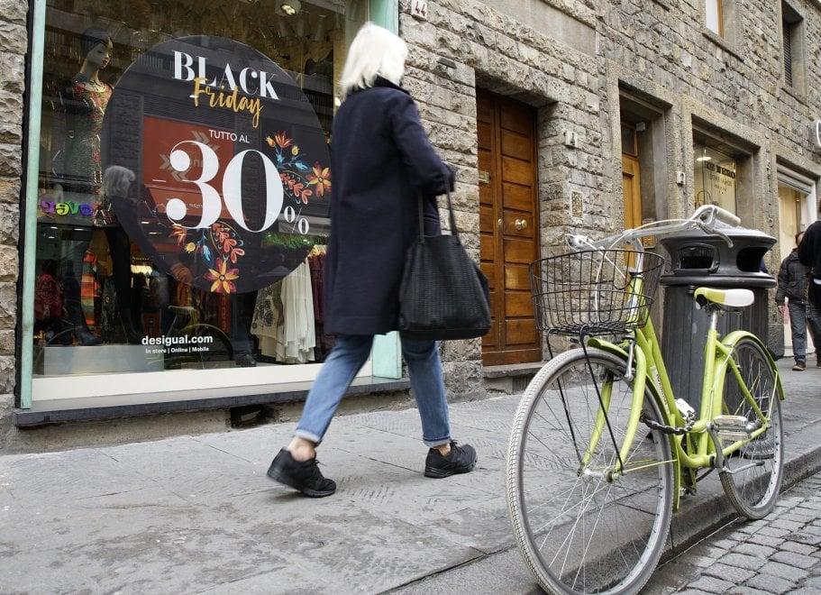 Vetrine a tema e negozi presi d'assalto: anche a Firenze è Black Friday