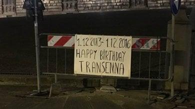 """Gli auguri dei residenti a una transenna  in piazza Pitti: """"Tre anni, buon compleanno"""""""