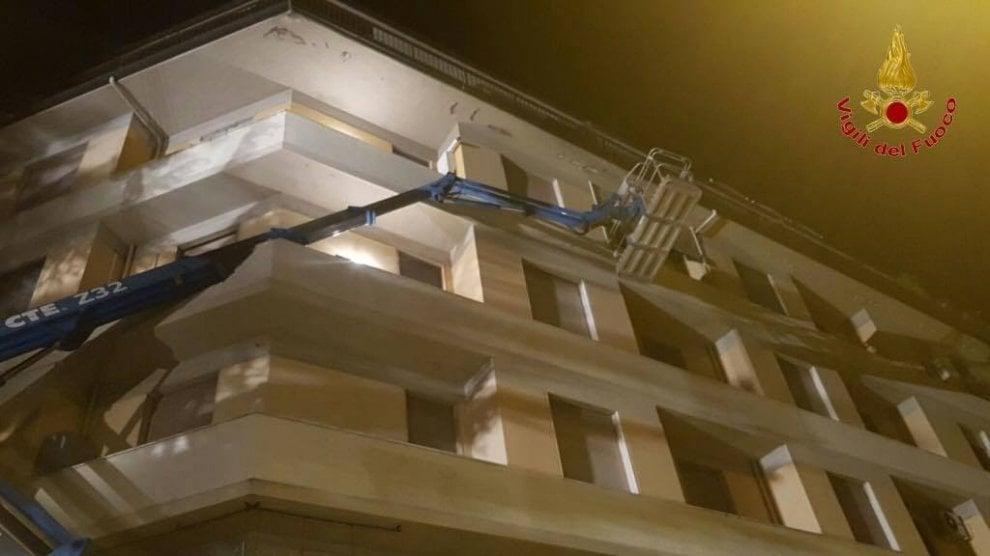 Firenze, cede manto stradale: gru finisce contro il palazzo