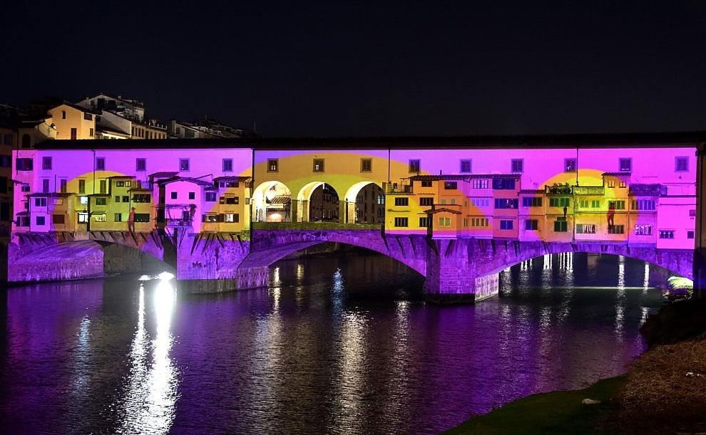 Firenze, la magia delle luci di Natale fa risplendere d'arte Ponte Vecchio