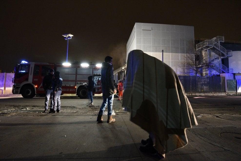Sesto Fiorentino, fiamme nel capannone dormitorio dei migranti: un morto
