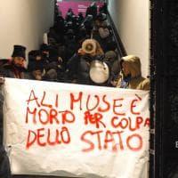 Rogo di Sesto Fiorentino, i migranti occupano il cortile di Palazzo Strozzi: è in corso la mostra di Ai Weiwei sui profughi