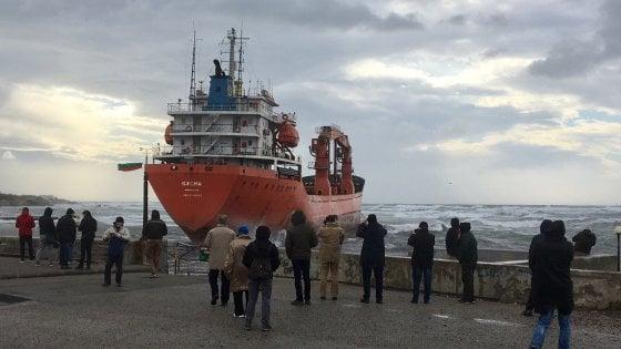 Livorno, vento troppo forte: il cargo si arena vicino la costa