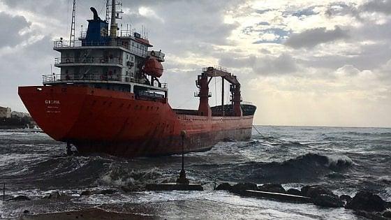 Livorno, disincagliata la nave che si era arenata sotto la costa