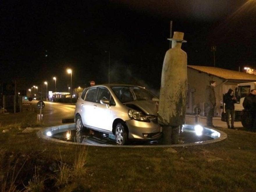 """Firenze, non c'è pace per """"L'uomo della pioggia"""" di Folon: ancora danneggiato da un'auto"""