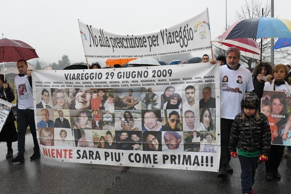 Strage di Viareggio, il giorno della sentenza: in corteo i familiari delle vittime