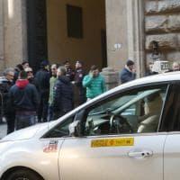 Firenze, tassisti protestano davanti alla prefettura