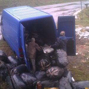 Prato, due pendolari dei rifiuti incastrati dalle telecamere: raccoglievano scarti dalle aziende tessili