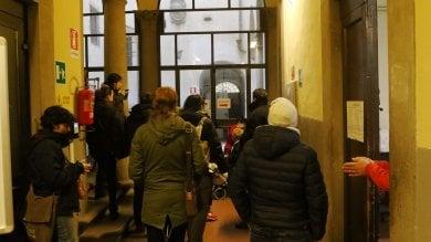 Firenze, coppia di anziani sfrattati:  blitz del comitato inquilini  all'ufficio casa del Comune -   foto