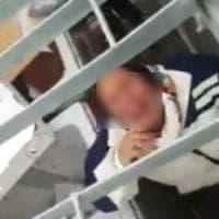 Follonica, nomadi chiuse in gabbiotto. Saviano contro Salvini: