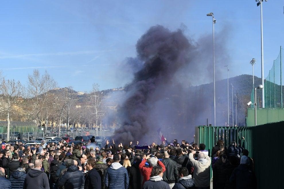 Fiorentina, nervi tesi fra i tifosi: contestano squadra e società all'allenamento