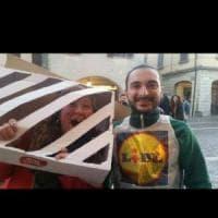 Rom chiusa in gabbiotto, a Cascina diventa una maschera di Carnevale. La