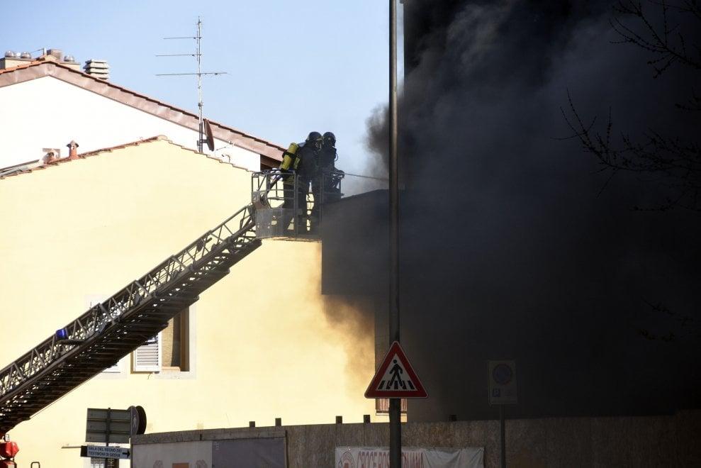 Scandicci, incendio al cantiere della Croce Rossa