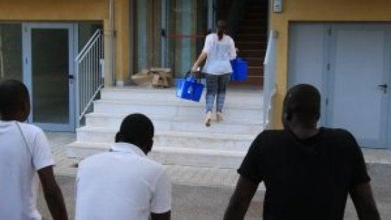 Lido di camaiore migranti usavano le card per la spesa for Spesa per oneri di sistema