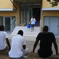 Lido di Camaiore, migranti usavano le card per la spesa per acquistare tablet e computer