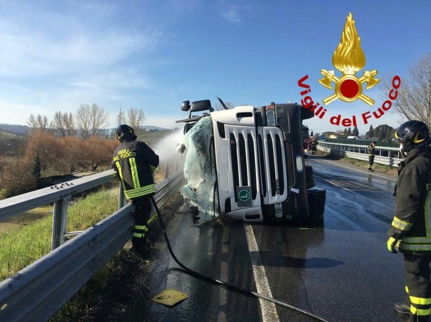 Camion si ribalta in Valdelsa: trasportava ipoclorito di sodio